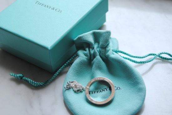 ddda356241f28 Outro dia, ganhei de aniversário atrasado essa gargantilha de prata da  Tiffany   Co. Não sou muito de usar prata, mas amo as jóias da Tiffany!